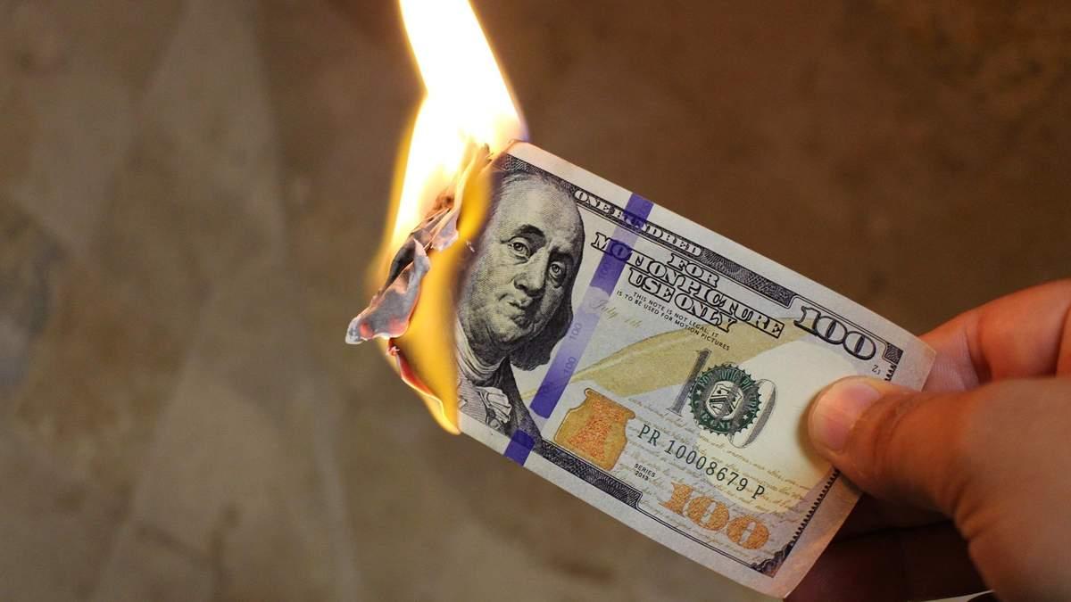 Доллар упал до двухлетнего минимума: причины падения валюты