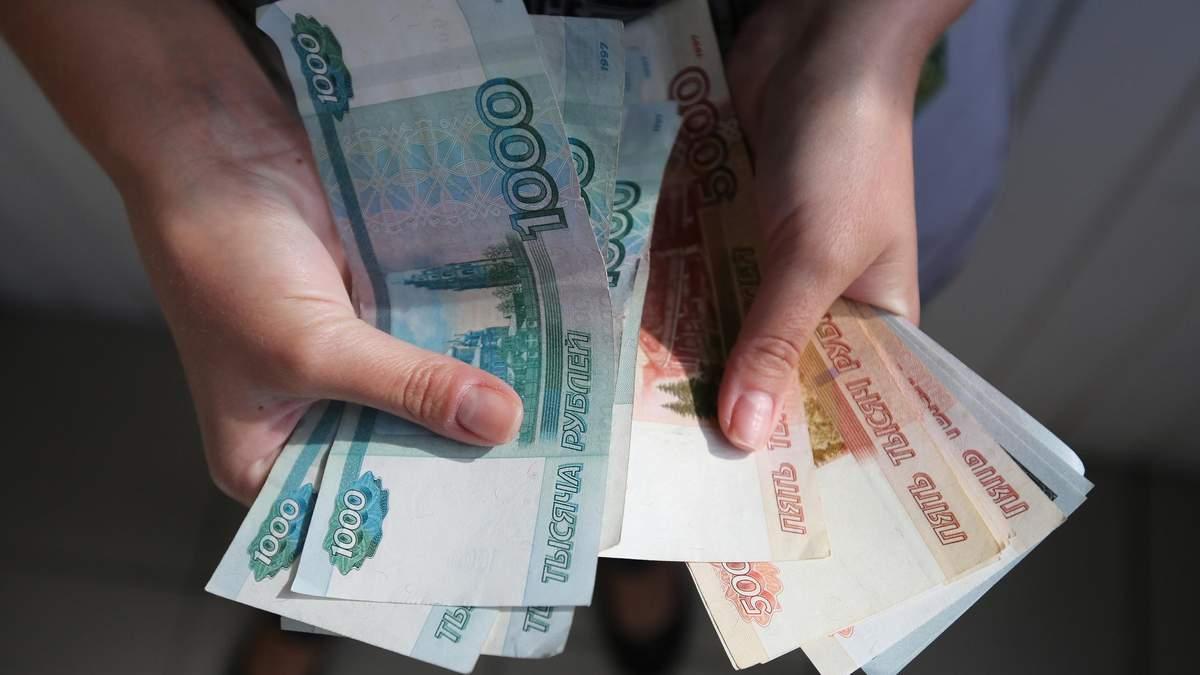 Курс рубля сильно впав до долара і євро на тлі обвалу цін на нафту: яка реакція Кремля
