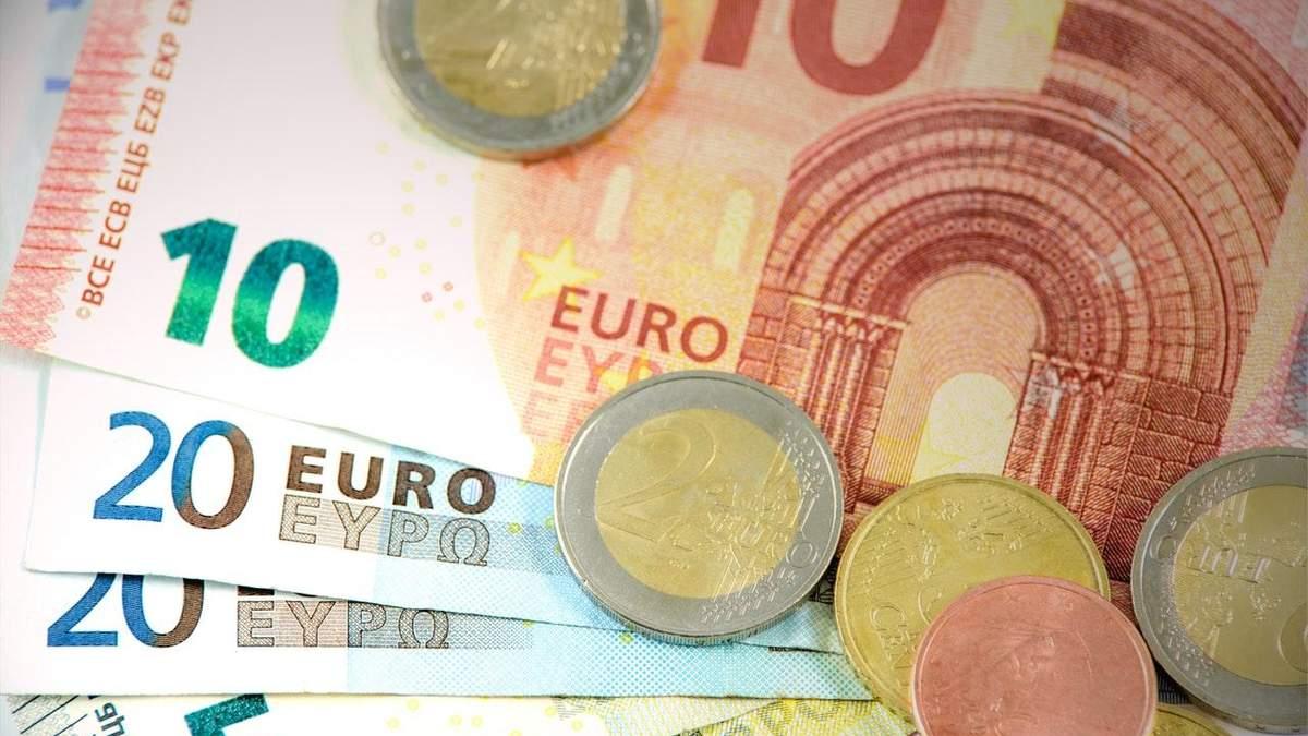 Курс валют на 3 грудня: євро знову рекордно подорожчало, долар різко впав