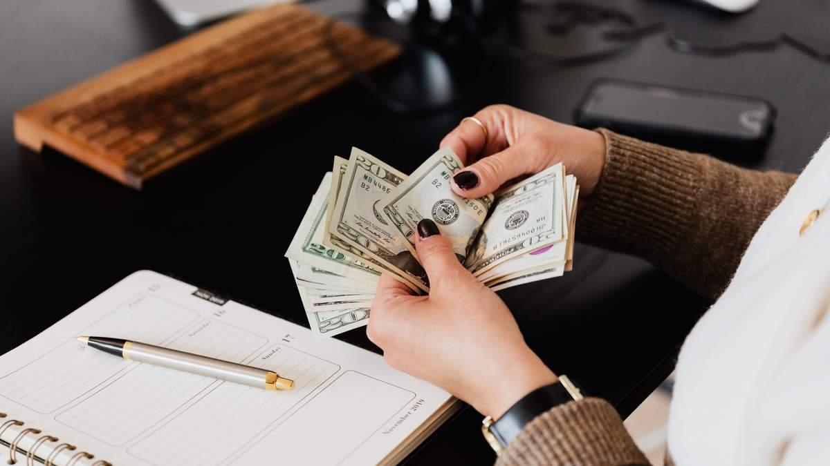 В чому краще зберігати гроші – долар чи євро