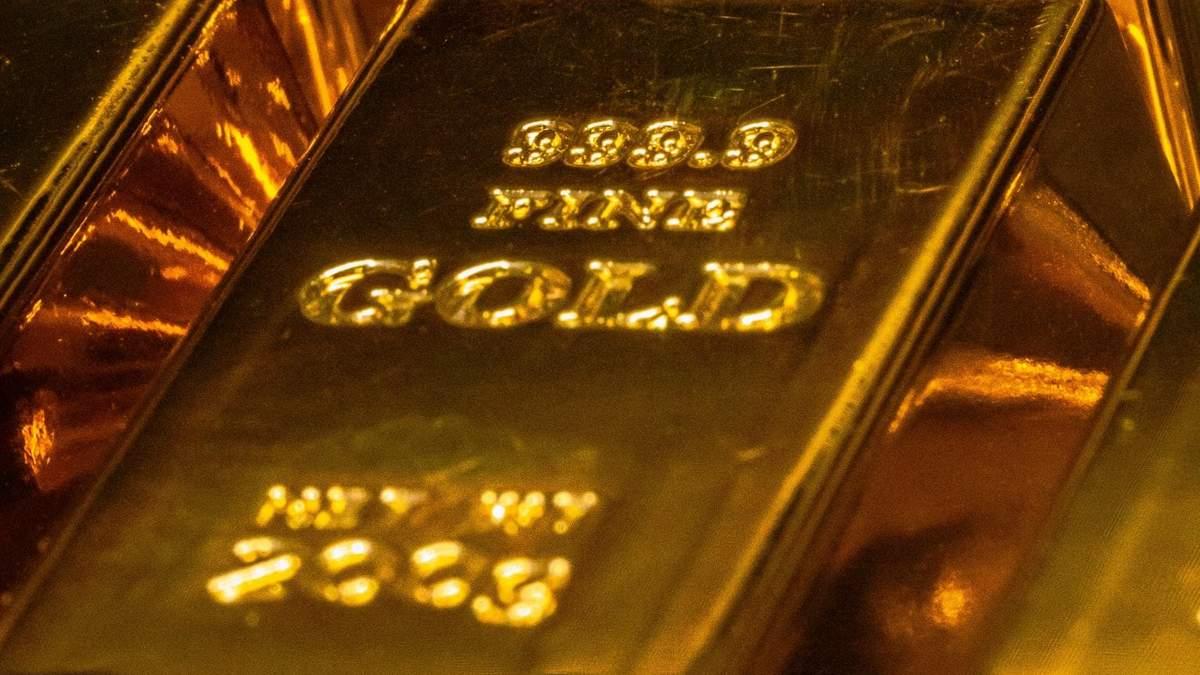 Золото подешевело почти на 10%