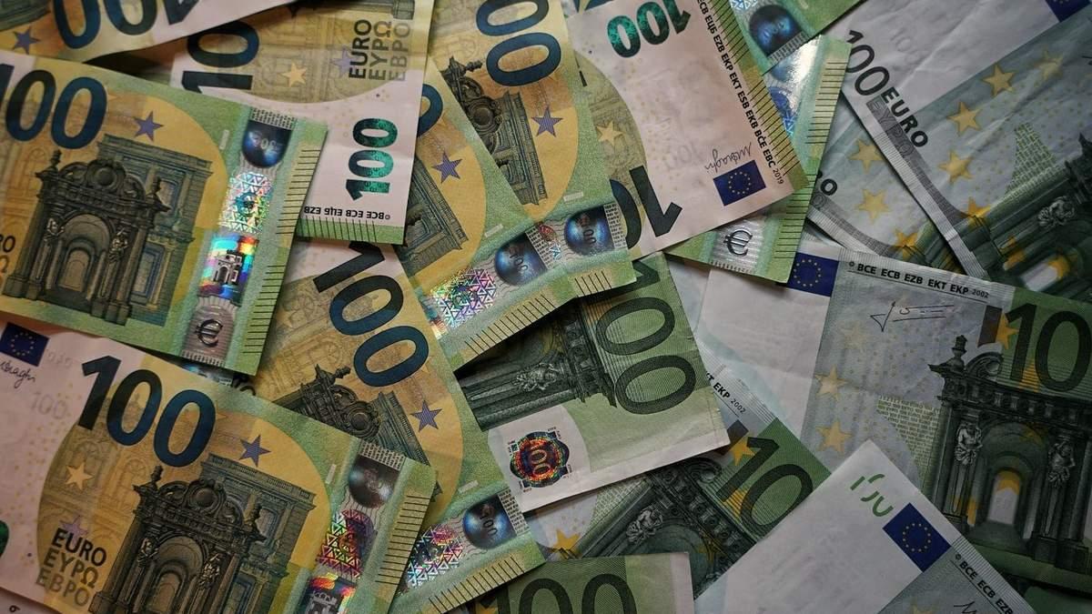 Курс валют на 21 квітня: долар зупинився, а євро продовжує дорожчати