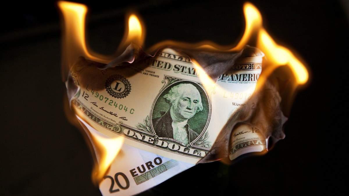 Долар США наблизився до місячного мінімуму